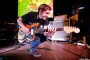 Asier Maiah, guitarrista de Viva Bazooka (Hika Ateneo, Bilbao, 2017)