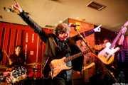 """Roque Torralva -batería-, Andrés Herrera Ruíz """"Pájaro"""" -guitarra y voz- y Paco Lamato -guitarra- (Satélite T, Bilbao, 2017)"""