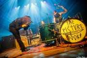 Fynn Claus Grabke -voz y guitarra- y Philipp Mirtschink -batería- de The Picturebooks (Kafe Antzokia, Bilbao, 2017)