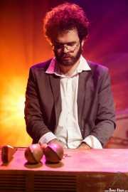 Sergio Alarcón, guitarrista, teclista y percusionista de The Limboos (Kafe Antzokia, Bilbao, 2017)