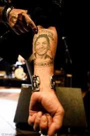 """Richard """"Handsome Dick"""" Manitoba, cantante de The Dictators NYC, muestra el tatuaje dedicado a su hijo """"Mi hijo, mi corazón"""" (Kafe Antzokia, Bilbao, 2017)"""
