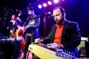 """Cameron Carrus -contrabajo-, Woody Pines -voz, guitarra y armónica- y Adam """"Ditch"""" Kurtz -guitarra y pedal steel guitar- (Kafe Antzokia, Bilbao, 2017)"""