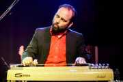 "Adam ""Ditch"" Kurtz, guitarrista y pedal steel guitar de Woody Pines (Kafe Antzokia, Bilbao, 2017)"