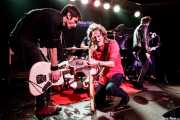 Luiyi Costa -guitarra-, Juan Irazu -guitarra- y Kurt Baker -voz-de Bullet Proof Lovers (Kafe Antzokia, Bilbao, 2017)
