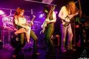 "Anna Skogö ""Acid Queen"" -guitarra y voz-, Jennifer Israelsson ""Jenna Disease"" -voz y guitarra- y Nicklas Hellqvist -baterista- de Honeymoon Disease (Adimisik, Portugalete, 2017)"