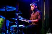 Max Senteney, baterista de The Reverend Peyton's Big Damn Band (Kafe Antzokia, Bilbao, 2017)