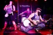 Breezy Peyton -washboard-, Max Senteney -batería- y Reverend J. Peyton -voz y guitarra- de The Reverend Peyton's Big Damn Band (Kafe Antzokia, Bilbao, 2017)