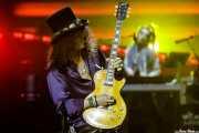 Slash -guitarra- y Melissa Reese -teclados y samplers- de Guns n' Roses (Estadio de San Mamés, Bilbao, 2017)