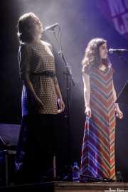 Noemí Santamaría -voz corista- y Nerea Alberdi -voz corista- de Rubia (Music Legends Fest, Sondika, 2017)