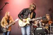 Eric Saylors -guitarra-, Jeff Massey -voz y guitarra- y Joe Winters -guitarra- de The Steepwater Band (Music Legends Fest, Sondika, 2017)