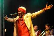 Alpha Blondy -voz-, Eddy Delomenie -saxo- y Philippe Georges -trombón- de Alpha Blondy & The Solar System (Music Legends Fest, Sondika, 2017)