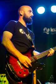 Borja Toval, guitarrista de Nire, con la cigar box guitar (Kafe Antzokia, Bilbao, 2017)