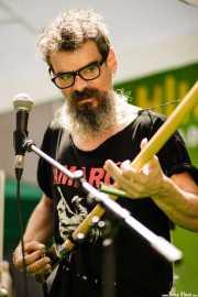 Raúl Frutos, cantante, guitarrista, teclista y percusionista de Crudo Pimento (Hirian Festibala, Bilbao, 2017)