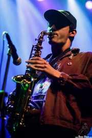 Lizardi Ceballos, saxofonista, teclista y guitarrista de Purple Vellocet (Kafe Antzokia, Bilbao, 2017)