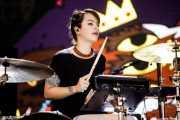 Maya Postepski, baterista de Austra (Bilbao BBK Live, Bilbao, 2017)