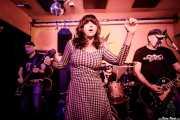 """Jon Salas -bajo-, Beatriz Catalán -voz-, George """"Huracán"""" Hernández -batería- e Iñigo """"Kanijo"""" Hernández -guitarra- de The Ribbons (Shake!, Bilbao, 2017)"""