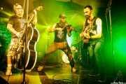 "Bufunfa Nikolaiko -contrabajo-, Goiatz Dutto -voz y violín- y Guillermo Santibáñez ""Will"" -guitarra- de Moonshine Wagon (Aste Nagusia - Algara Txosna, Bilbao, 2017)"