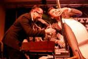 John Bramley -piano- y Roberto Bob Boldi -contrabajo- de Sugar Daddy & The Cereal Killers (Festivalle Tobalina, Quintana Martín Galíndez, 2017)
