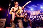Jack Daves, cantante, guitarrista de Dirty Fences con espontánea disfrazada (Funtastic Dracula Carnival, Benidorm, 2017)