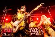 Eddie Angel -guitarra- de The Neanderthals y Go-Go Girl Trixie Malicious (Funtastic Dracula Carnival, Benidorm, 2017)