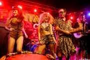 Eugeni Camacho -batería-, cantante y Eddie Angel -guitarra- de The Neanderthals (Funtastic Dracula Carnival, Benidorm, 2017)