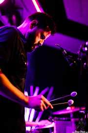 "Fernando ""Lutxo"" Neira, bajista, xilofonista y teclista de Elena Setién (Kafe Antzokia, Bilbao, 2017)"