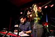 """Fernando """"Lutxo"""" Neira -bajo, xilofón y teclado- y Elena Setién -voz, teclado y violín- (Kafe Antzokia, Bilbao, 2017)"""
