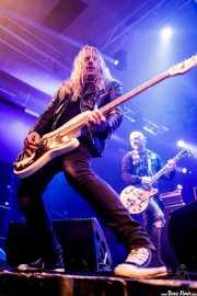 Johan Blomqvist -bajo- y Nicke Borg -voz  y guitarra- de Backyard Babies (Santana 27, Bilbao, 2017)