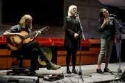 Ben Walker -guitarra-, Samantha Whates -voz invitada- y Josienne Clarke -voz- (Colegio de Abogados, Bilbao, 2018)