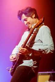 Txomin Guzmán, guitarrista y teclista de Ricardo Lezón (Kafe Antzokia, Bilbao, 2018)