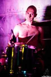 "Andrea Di Stefano ""Diste"", baterista de Svetlanas (Nave 9 (Museo marítimo), Bilbao, 2018)"