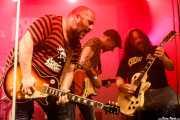 """Asier """"Indomable"""" -guitarra-, Adolfo Cabrales """"Fito"""" -voz y guitarra invitado- y Kapi Guarrotxena -guitarra- de Porco Bravo (Santana 27, Bilbao, 2018)"""