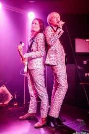 Shelley Salant -bajo- y Amanda Perkins -voz corista- de Chain & The Gang (Kafe Antzokia, Bilbao, 2018)