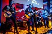 Joel Bruña -banjo-, Guillermo Peña -batería-, Matt Horan -voz y guitarra-, Adrián López -contrabajo y ukelele bass- y Adán Ruiz -guitarra y mandolina- de Dead Bronco (Nave 9 (Museo marítimo), Bilbao, 2018)