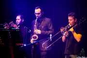 "Carlos Roch ""Carlinhos"" -tromepeta-, Andoni Aizpuru -saxo- y Juan Luis Novo -trombón- de Saúl & Friends (Kafe Antzokia, Bilbao, 2018)"