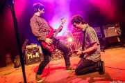 Jon Garcia -voz y bajo-, Asier Elias -batería- y Ritxi Blanco -guitarra- de Mocker's (Kafe Antzokia, Bilbao, 2018)