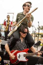 Zig Criscuolo -bajo-, Spencer Evoy -saxo- y Dan Criscuolo -guitarra- de The Fuzillis (FuzzVille - Magic Robin Hood Resort, Alfaz del Pi, 2018)