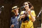 Marcos Padilla -voz- y Paula Padilla -voz y ukelele- de O Sister! (Festival de Jazz de Sigüenza - Auditorio El Pósito, Sigüenza, 2018)