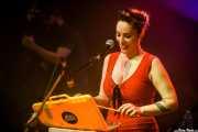 Xandra de la Vega -voz, xilofón, ukelele- y Victor Martín -contrabajo- de Mud Candies