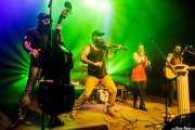 """Víctor Martín -contrabajo-, Goiatz Dutto -violín invitado-, Xandra de la Vega -voz, xilofón, ukelele- y Guillermo Santibáñez """"Will"""" -guitarra- voz, banjo- de Mud Candies (Kafe Antzokia, Bilbao, 2018)"""