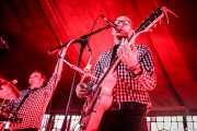 Ravin\' Jerk -batería- y Hectic Henri -voz y guitarra- de The Sensational Second Cousins (Azkena Rock Festival, Vitoria-Gasteiz, 2018)
