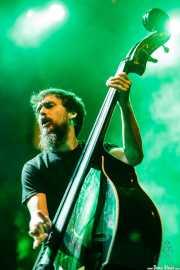Adrián López, contrabajista y ukelele bass de Dead Bronco (Aste Nagusia - Plaza Nueva, Bilbao, 2018)