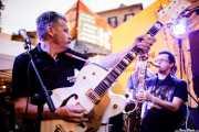 Carlos Beltrán -guitarra- y Willy Calambres -saxo- de Micky & The Buzz (Aste Nagusia - Txosna Piztiak, Bilbao, 2018)