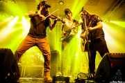 Goiatz Dutto -voz, violín, mandolina-, Joel Bruña -voz, banjo- y Lander Lourido -guitarra, voz- de Moonshine Wagon (Santana 27, Bilbao, 2018)