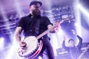 Spencer Swain -banjo y mandolina, sustituto- y Dennis Casey -guitarrista- de Flogging Molly (Santana 27, Bilbao, 2019)