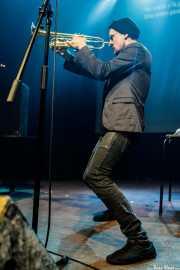 Oleg Larionov, cantante, performer, trompetista y percusionista de Pussy Riot (Kafe Antzokia, Bilbao, 2019)