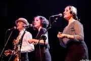 Marcos Padilla -voz-, Paula Padilla -voz y ukelele- y Helena Amado -voz- de O Sister! (Kafe Antzokia, Bilbao, 2019)