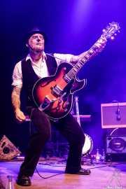 Lui Young, guitarrista y banjista de Dr. Maha's Miracle Tonic (Kafe Antzokia, Bilbao, 2019)