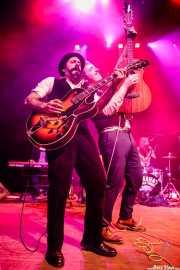 Lui Young -guitarra y banjo-, David Sánchez Damián -voz, guitarra- y Patxi López Monasterio -batería, tabla de lavar- de Dr. Maha's Miracle Tonic (Kafe Antzokia, Bilbao, 2019)