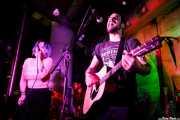 """Xandra de la Vega -voz, ukelele y xilofón-, Aitor Bravo -batería- y Guillermo Santibáñez """"Will"""" -guitarra. banjo, voz- de Mud Candies (Nave 9 (Museo marítimo), Bilbao, 2019)"""